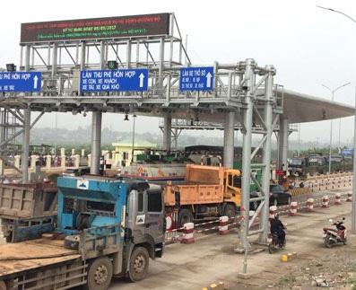 Phương tiện đỗ trên 4 làn thu phí để phản đối tại trạm BOT Tam Nông