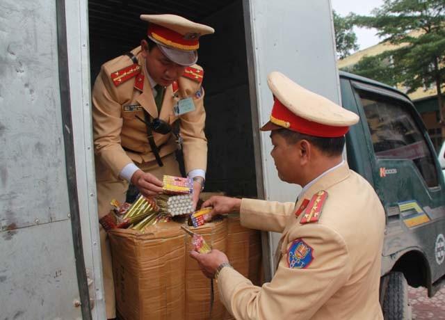 Hàng trăm hộp pháo được ngụy trang dưới đống hàng tạp hóa trong thùng xe tải