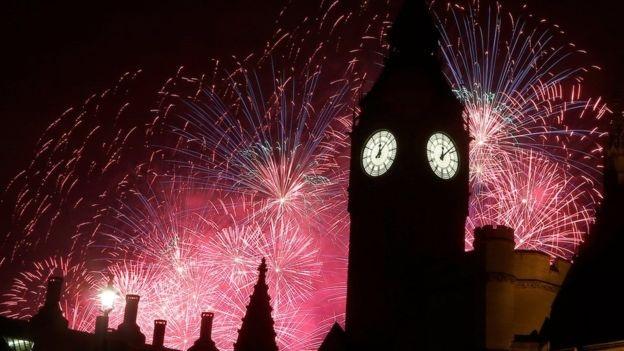 Bầu trời London rực sáng trong đêm giao thừa (Ảnh: BBC)