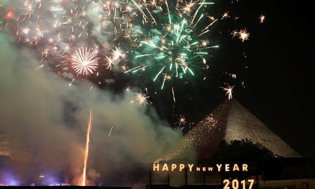 Pháo hoa lấp lánh bên trên các kim tự tháp ở ngoại ô thủ đô Cairo, Ai Cập (Ảnh: Reuters)