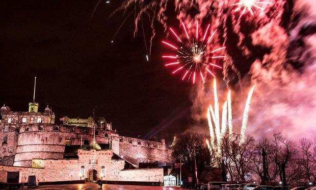 Không khí đón năm mới tại lâu đài Edinburgh ở Scotland, Anh (Ảnh: Rex Shutterstock)