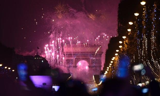 Pháo hoa thắp sáng Khải Hoàn Môn ở thủ đô Paris, Pháp. Do các lo ngại về an ninh, Pháp năm nay đã hủy màn bắn pháo hoa tại tháp Eiffel. Đây là năm thứ 2 sự kiện này bị hủy. (Ảnh: Getty)