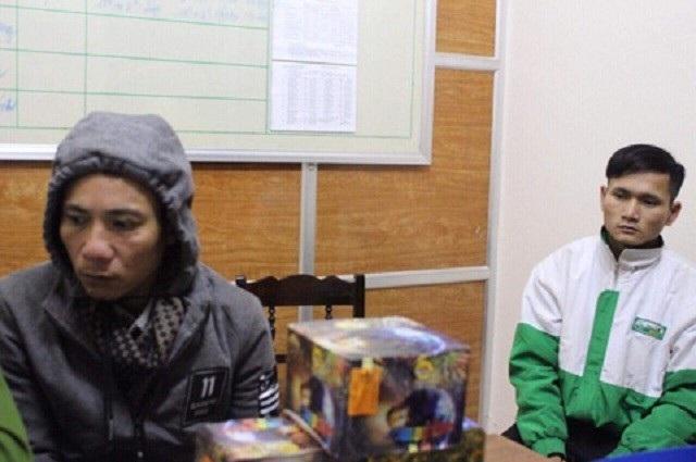 Hoàng Ngọc Linh (bên trái) cùng số pháo bị bắt giữ
