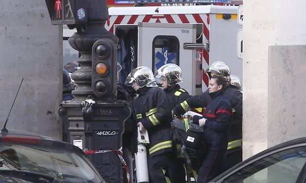 Các nhân viên cứu hộ bên ngoài bảo tàng Louvre (Ảnh: AP)