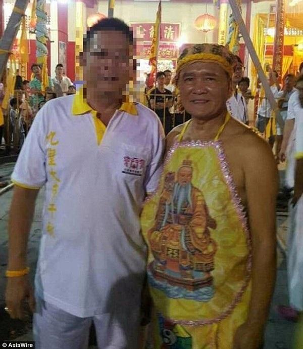 Lim Ba là một pháp sư được nhiều người sùng bái