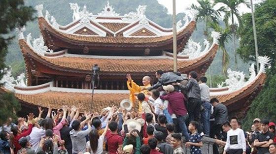 Hình ảnh sư ông phát lộc tại chùa Hương được đưa ra tại hội nghị. Ảnh: TL.