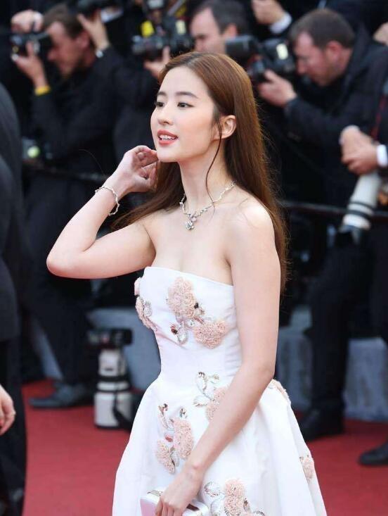 Bên cạnh sự nghiệp điện ảnh, Lưu Diệc Phi còn tham gia ca hát và đã phát hành một số sản phẩm âm nhạc. Tuy nhiên, so với những thành tựu trong điện ảnh, sự nghiệp ca hát của người đẹp 30 tuổi còn khá khiêm tốn.