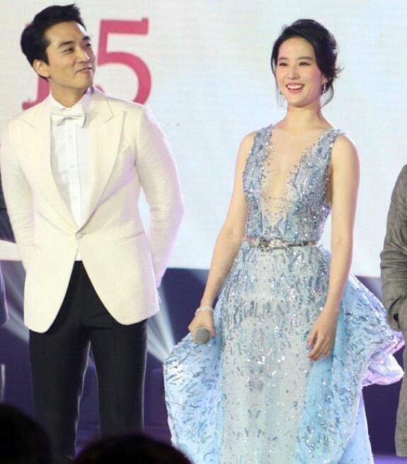 Lưu Diệc Phi đang hò hẹn với nam diễn viên người Hàn Quốc - Song Seung Heon từ lần hợp tác chung vào năm 2015. Sau 2 năm hò hẹn, cặp đôi vẫn rất hạnh phúc và có thông tin, đám cưới của họ sẽ sớm diễn ra trong tương lai. Chuyện tình của mỹ nhân Hoa ngữ và mỹ nam xứ Hàn nhận được sự ủng hộ của đông đảo người hâm mộ.