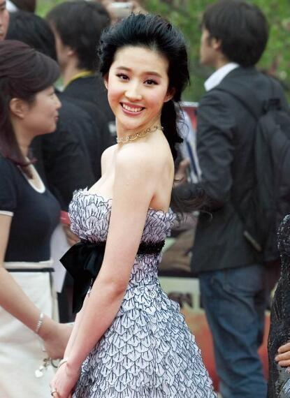 Từ năm 2009 đến nay, cô được tôn vinh là một trong tứ đại mỹ nhân của làng giải trí Hoa ngữ. Cô đã góp mặt trên dưới 50 bộ phim là gương mặt quảng cáo đắt khách tại Trung Quốc.