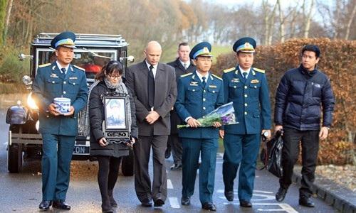 Gia đình và đồng đội của phi công Nguyễn Thành Trung tại Anh (ảnh: bucksfreepress)