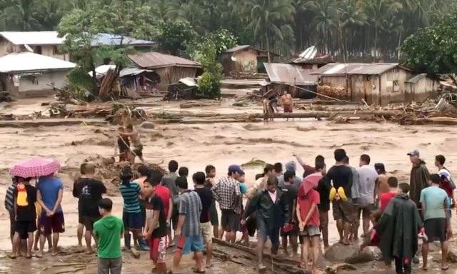 Reuters dẫn thông tin từ lực lượng cảnh sát và giới chức phụ trách cứu trợ thiên tai của Philippines hôm nay 23/12 cho biết cơn bão nhiệt đới Tembin đổ bộ vào Philippines trong những ngày qua khiến gần 90 người thiệt mạng và con số này dự kiến sẽ tiếp tục tăng lên khi công tác cứu hộ hoàn tất.