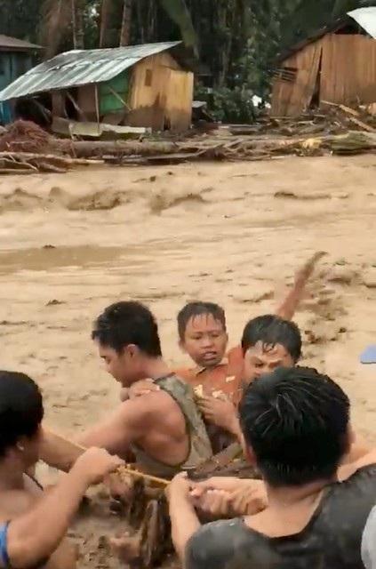 Theo thống kê của cảnh sát Philippines, ngoài các trường hợp thiệt mạng, 64 người khác cũng bị phát hiện mất tích do lũ lụt và sạt lở đất sau khi bão Tembin đổ bộ vào các tỉnh ở Philippines.