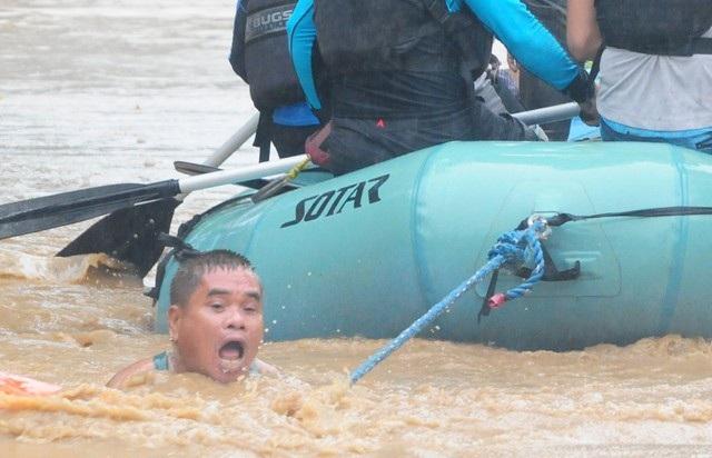 Mưa lớn kéo dài đã gây ra hiện tượng sạt lở đất và lũ lụt nghiêm trọng. Ông Ryan Cabus, một quan chức tại thị trấn Tubod, cho biết hệ thống điện và thông tin liên lạc kết nối với khu vực này đã bị cắt khiến công tác cứu hộ gặp nhiều khó khăn.