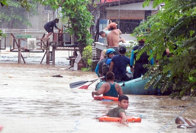 """""""Nước sông dâng lên và gần như mọi ngôi nhà đều bị cuốn trôi. Ngôi làng gần như biến mất"""", cảnh sát thị trấn Tubod, ông Gerry Parami, nói với AFP."""