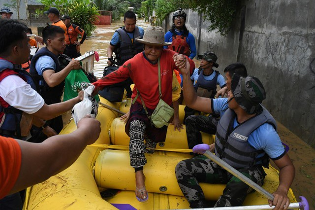 Tại Dalama - ngôi làng với gần 2.000 dân gần Tubod, cảnh sát cùng lực lượng tình nguyện viên cứu hộ phải sử dụng xẻng để đào bùn đất và đống đổ nát với hy vọng có thể tìm thấy các thi thể nạn nhân bị chôn vùi phía dưới.