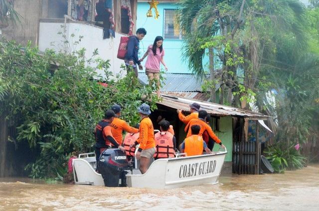 Cơ quan khí tượng Philippines cho biết bão Tembin bắt đầu mạnh dần lên khi vượt qua biển Sulu, sau đó sức gió giật tới 80 km/giờ và di chuyển về phía tây với vận tốc 20 km/giờ. Cơn bão này dự kiến sẽ ra khỏi lãnh thổ Philippines vào thứ hai 25/12.