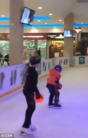 """Nội dung """"phim người lớn"""" bất ngờ xuất hiện trên những màn hình ở sân trượt băng dành cho trẻ em"""