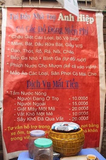 Tấm biển ghi rõ các dịch vụ tại nhà ông Hiệp