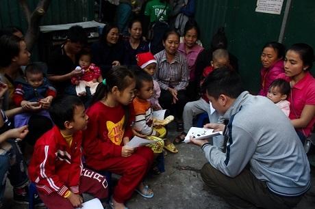 Chương trình từ thiện do các bạn sinh viên tổ chức tại khu nhà trọ ông Hiệp