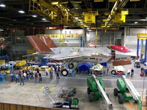 Bên trong nhà máy sản xuất F-35.
