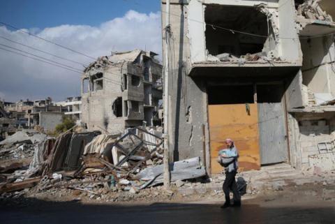Các tòa nhà bị phá hủy ở TP Douma, phía Đông Damascus ngoại ô Ghouta, Syria hôm 30/12. Ảnh: Reuters