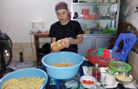 Quang Thái Điệp đang muối măng sạch mang từ Quế Phong (Nghệ An) ra Hà Nội.