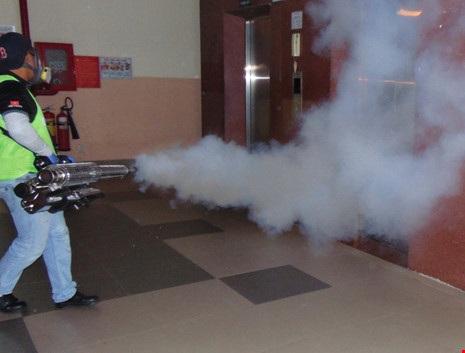 Trung tâm Y tế dự phòng TP.HCM phun thuốc muỗi trên địa bàn quận Thủ Đức. Ảnh: TRẦN NGỌC