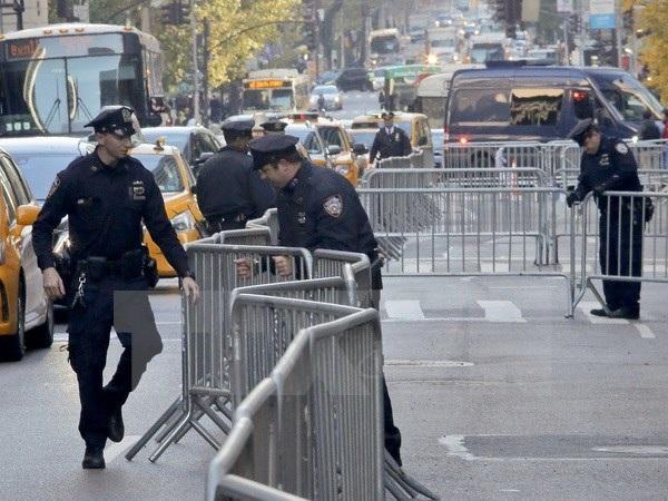 Cảnh sát tạo hàng rào an ninh ở New York. (Nguồn: AP/TTXVN)
