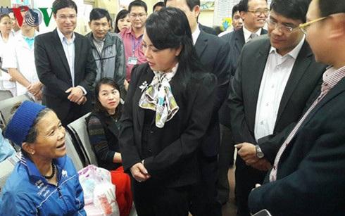 Bộ trưởng Bộ Y tế Nguyễn Thị Kim Tiến hỏi thăm người dân đến khám bệnh tại Bệnh viện đa khoa Hòa Bình.