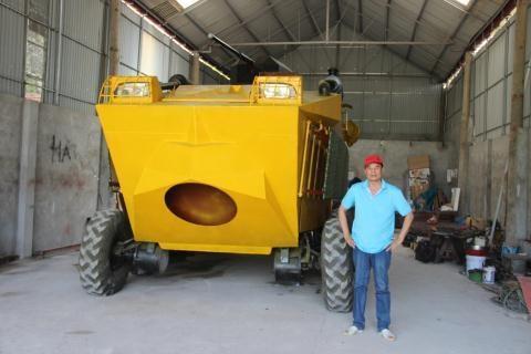Ông Chính bên chiếc xe bọc thép mô hình.