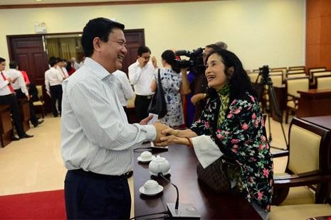 Bí thư Thành ủy TP.HCM Đinh La Thăng trò chuyện với NSND Trà Giang tại buổi lãnh đạo thành phố gặp gỡ văn nghệ sĩ chiều 5/1 - Ảnh: Quỳnh Trang