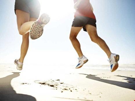 Người đi bộ gắng sức dễ gây tổn thương khớp háng, khớp gối và khớp cổ chân.