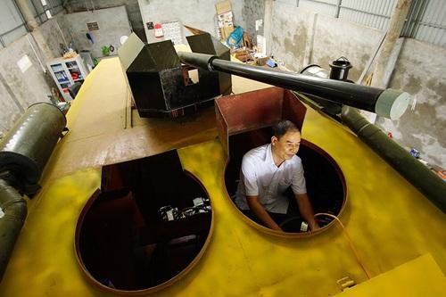 Ông Nguyễn Đình Chính vận hành thử nghiệm xe bọc thép do mình chế tạo với tổng tiền đầu tư gần 2 tỷ đồng (ảnh: Việt Linh)