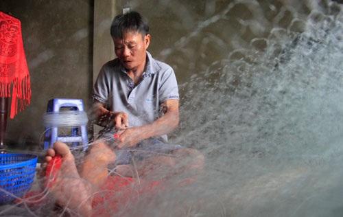 Ngư dân Nguyễn Văn Nam (trú xã Gio Hải) kết thêm 1 tạ lưới để ra khơi đánh cá khoai (Ảnh: Ngọc Vũ).