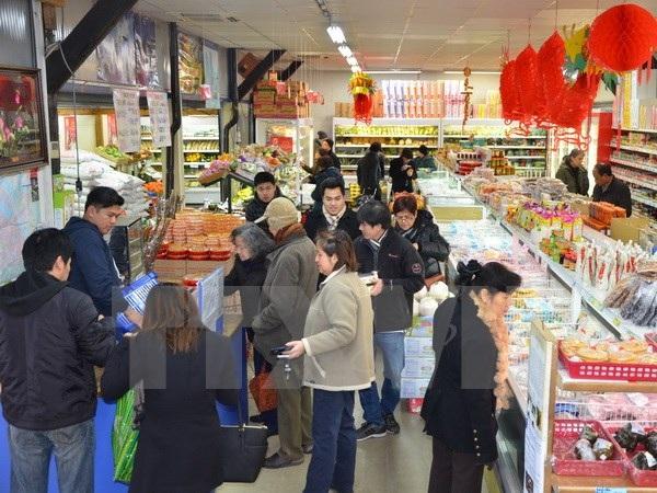 Kiều bào đi sắm Tết trong ngày 15/1 vừa qua tại siêu thị Thanh Bình Jeune. (Ảnh: Bích Hà/TTXVN)
