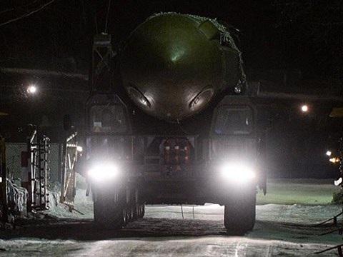 Tên lửa đạn đạo liên lục địa Topol trên xe cơ động của Nga