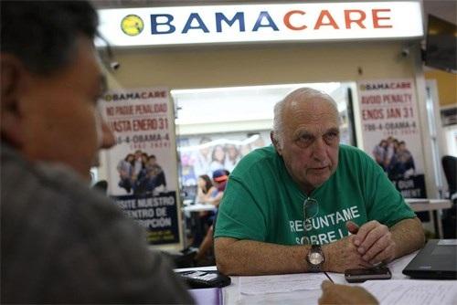 Một đại lý bảo hiểm tư vấn cho khách hàng về chương trình bảo hiểm sức khỏe giá rẻ. Ảnh: Getty Images