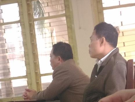 Ông Đặng Thế Vinh (ngoài) và ông Trần Nhật Luật (trong) tại tòa