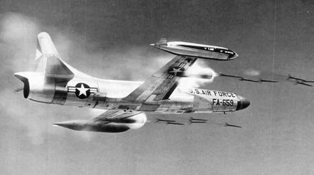 Phóng tên lửa hàng không không điều khiển từ máy bay F-94.