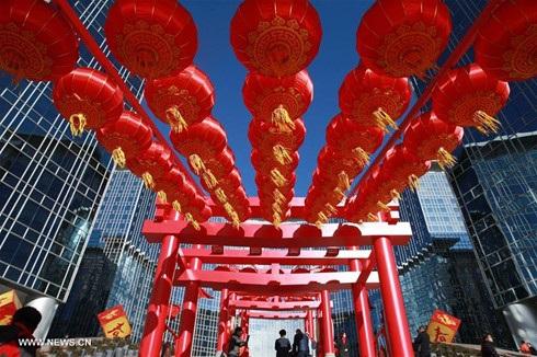 Đường phố Bắc Kinh (Trung Quốc) đỏ rực đèn lồng đón Tết. Ảnh: Xinhua.
