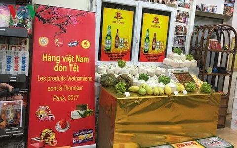 Một gian hàng Việt bày bán tại Pháp.