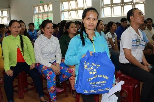 Chị Nguyễn Thị Trúc Mai, công nhân Công ty TNHH Oasis, nhận quà Tết do LĐLĐ huyện Củ Chi, TP HCM và Ban Quản lý KCX-KCN gởi tặng