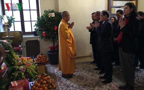 Trụ trì chùa Khuông Việt chúc Tết Đại sứ cùng các cán bộ các cơ quan đại diện Việt Nam tại Pháp.