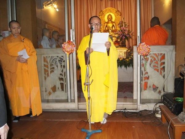 Thượng tọa Thích Hạnh Chánh đọc thư chúc Tết của Đức Pháp Chủ Giáo hội Phật giáo Việt Nam. (Ảnh: Huy Bình-Đăng Chính/Vietnam+)