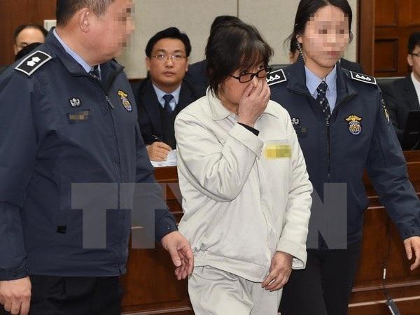 Bà Choi Soon-sil (giữa) tại Tòa án quận trung tâm Seoul ngày 5/1/2017. (Nguồn: YONHAP/TTXVN)