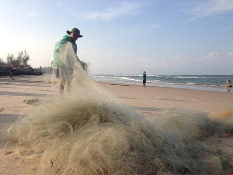 Ông Hoàng Văn Phiến (64 tuổi, xã Gio Hải, Gio Linh) vui mừng vì trúng lộc biển đầu năm