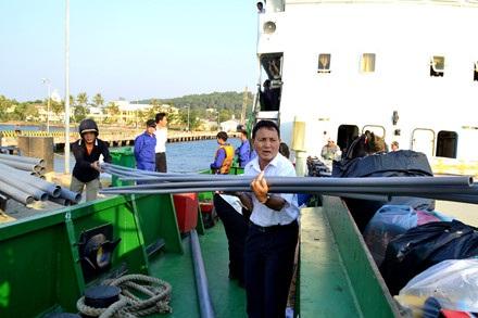 Ngay cả khi tàu Thổ Châu 09 duy tu, phải nhờ tàu Vùng 5 Hải quân thay thế, thuyền trưởng Nguyễn Đức Trí vẫn tả xung, hữu đột với công việc giúp người đi tàu sớm ổn định ...