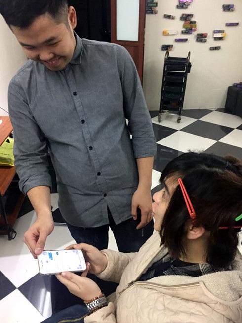Anh Nguyễn Thái Thành trao đổi với khách hàng qua điện thoại.
