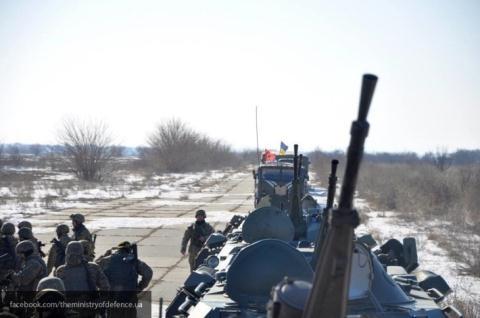 Hình ảnh quân đội Ukraine cơ động lực lượng bao vây Donbass.