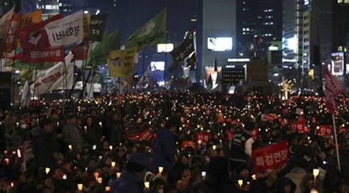 Những người tham gia tuần hành cho biết họ hi vọng vào phán quyết sáng suốt của Tòa án Hiến pháp Hàn Quốc. (Ảnh: AP)